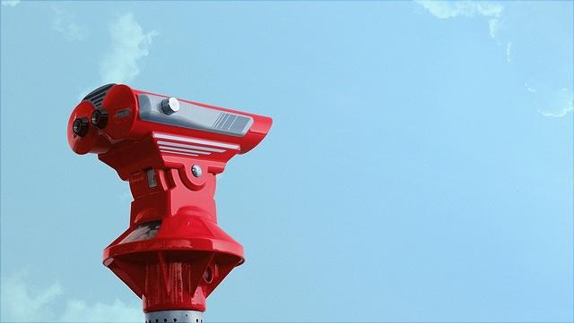 rotes Fenrglas vor blauem Himmel