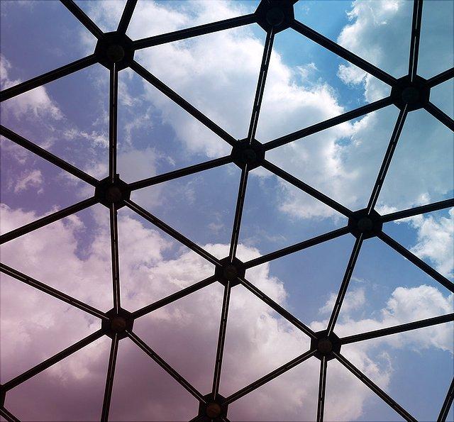 Ein geknüpftes Netz durch das hinduch der Himmel zu sehen ist.
