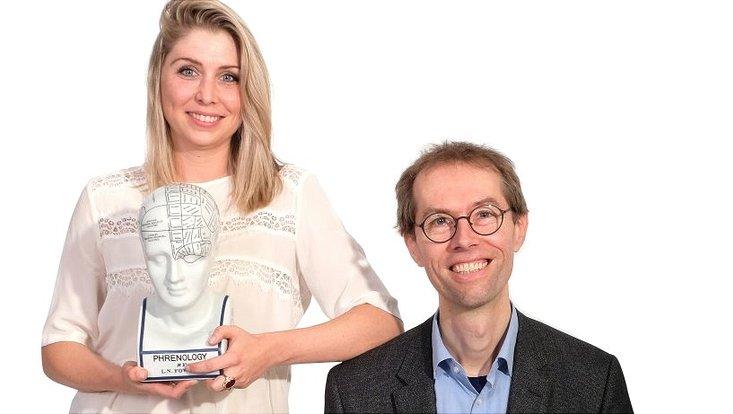 Hormonforscherin Sarah Holtfrerich (l.), Doktorandin mit Spezialgebiet Neuroendokrinologie und Prof. Dr. Stefan Bühler, Geschäftsführender Direktor des Meteorologischen Instituts der Uni Hamburg
