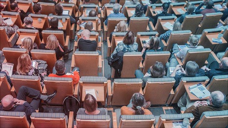 Auditorium mit Menschen von oben