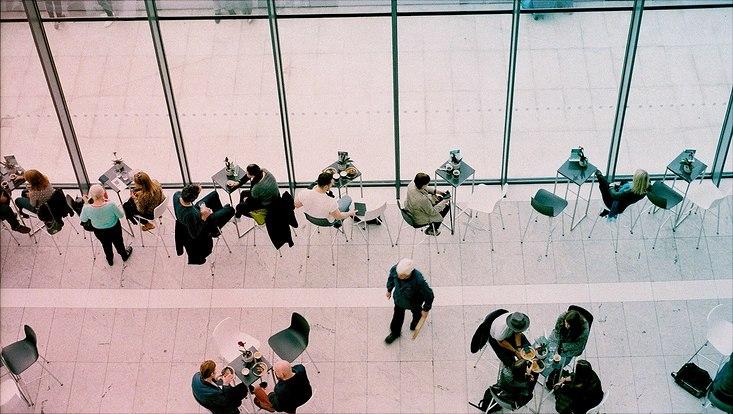 Menschen sitzen an Tischen