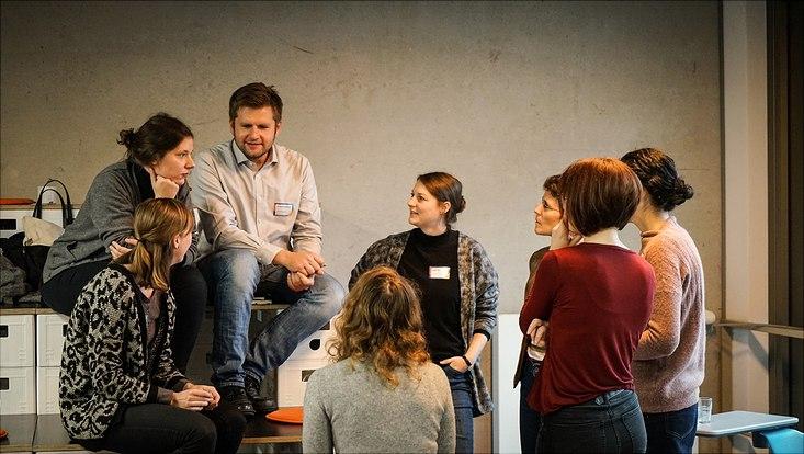 Angeregte Diskussion unter Teilnehmenden des Barcamps