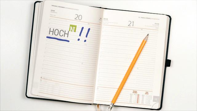 aufgeschlagener Kalender auf einem Tisch