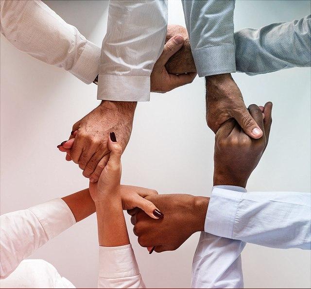 Menschen halten sich an den Händen