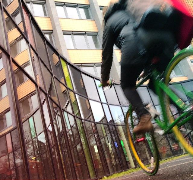 Fahrradfahrer vor Unigebäude