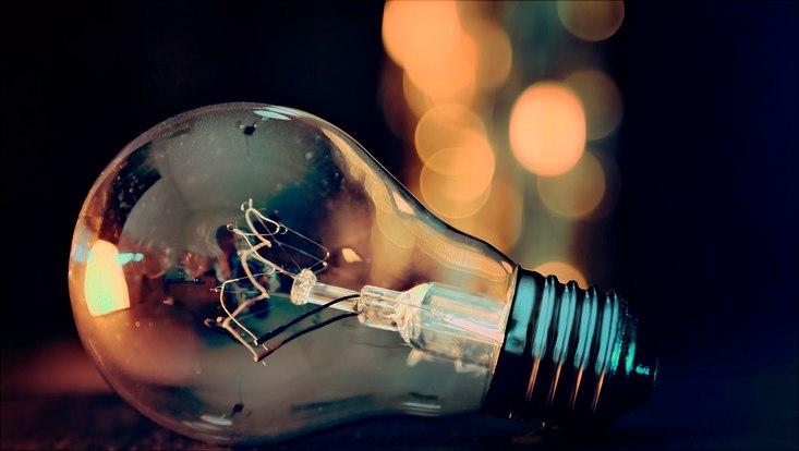 Glühbirne mit Licht im Hintergrund