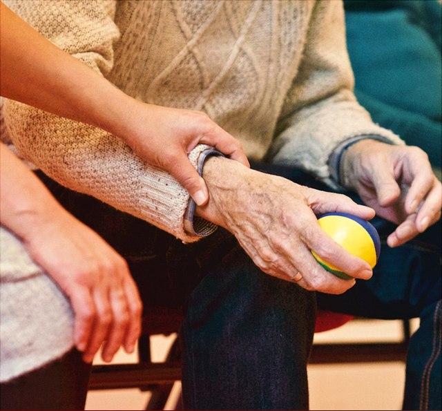 Älterer Mensch mit Ball in der Hand