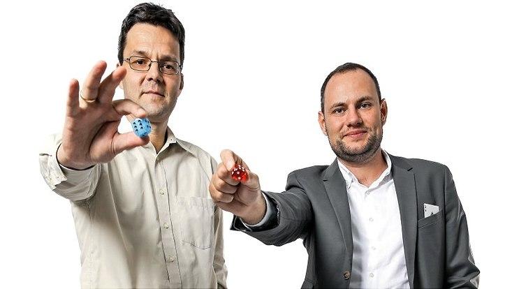 Frage 43: Lohnt sich Glücksspiel? Mathias Schacht und Ingo Fiedler haben Würfel zum Fototermin mitgebracht.