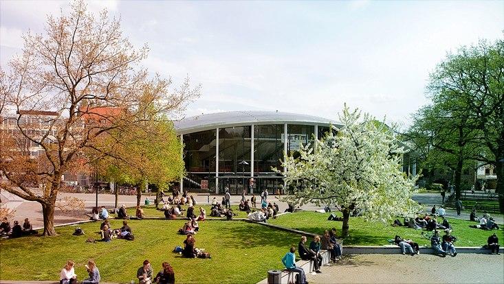 Studierende auf dem Campus VMP