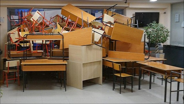 In der Universität in tirana wurden die Eingänge mmit Tischen und Stühlen verbarrikadiert