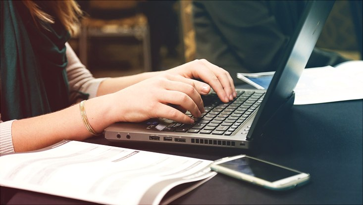 Frau scheibt am Computer