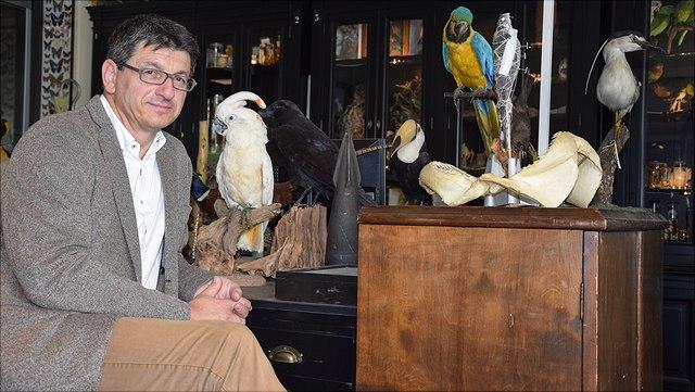 Prof. Dr. Glaubrecht vor ausgestopften Vögeln
