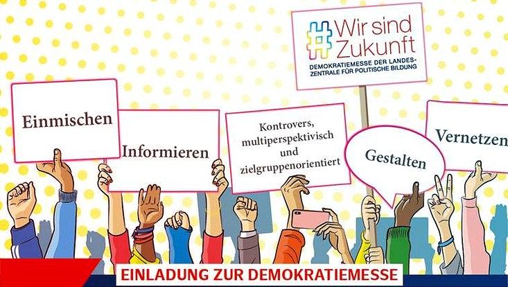 Viele Hände, die Plakate mit Stichworten zur Demokratie hochhalten, sind zu sehen.
