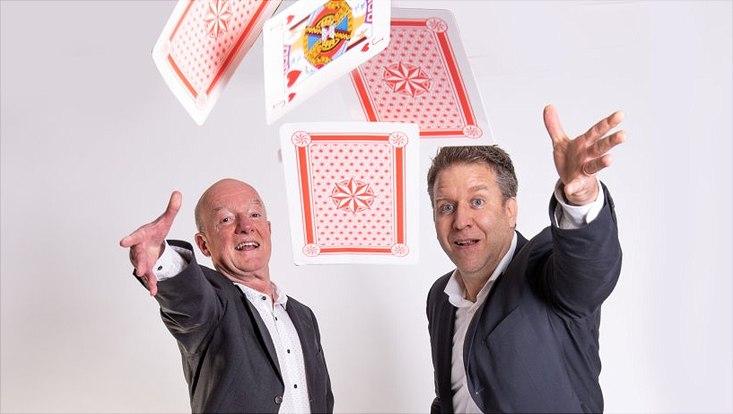 13.04.19 Wissenschaft Hamburger Professoren erklären: Was macht uns süchtig? Stephan Steinlein Prof. Dr. Rainer Thomasius (l.) und PD Dr. Tobias Effertz mit überdimensionierten Spielkarten.  Prof. Dr. Rainer Thomasius (l.) und PD Dr. Tobias Effertz
