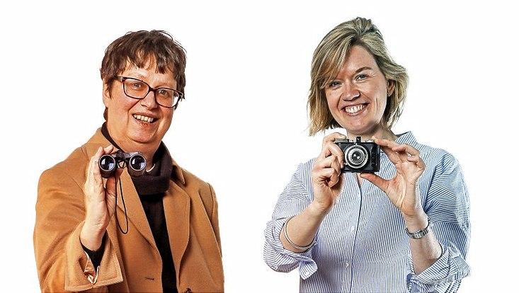 Medienwissenschaftlerin Prof. Dr. Joan Kristin Bleicher hält ein Fernglas, Diplom-Psychologin Valeska Hug eine Kamera