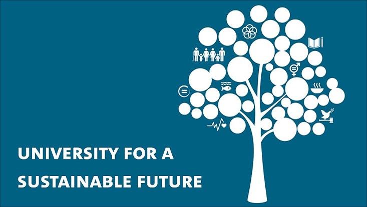 """Illustration weißer Baum mit Nachhaltigkeitssymbolen vor blauem Hintergrund inklusive Schriftzug """"university for a sustainable future"""""""