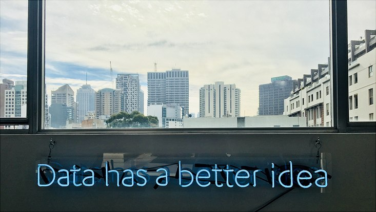 Stadtsilhouette mit leuchtendem Schriftzug Data has a better idea
