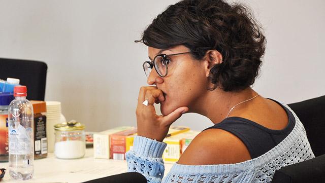 Studierende im Seminarraum blickt zuhörend und nachdenklich nach links