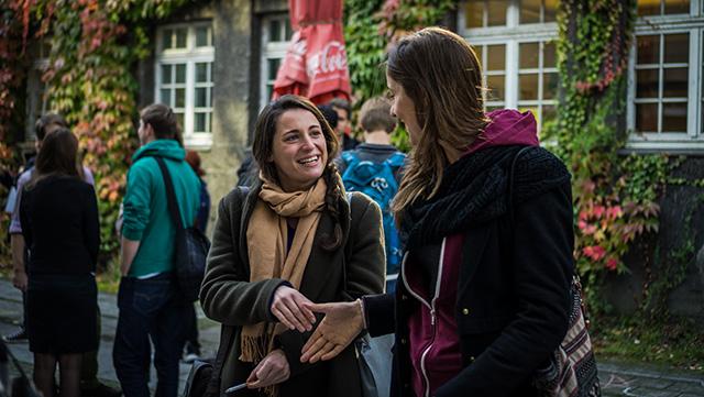 Studierende begrüßen sich per Handschlag