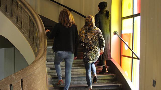 Studierende steigen Treppen