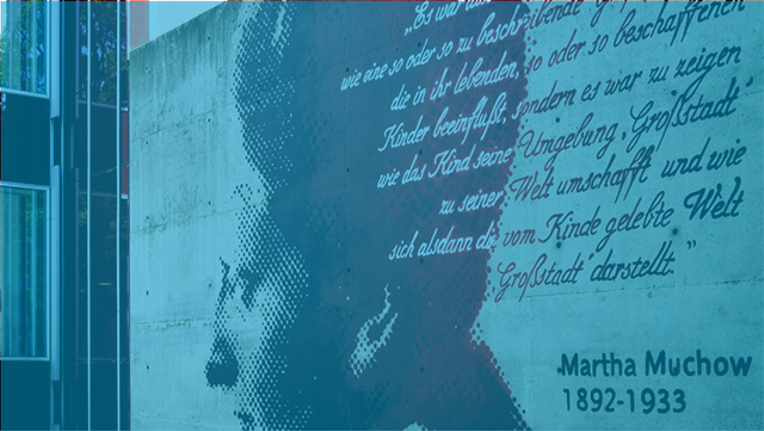 Vor der Martha-Muchow-Bibliothek mit Profil und Zitat von ihr an einer Wand