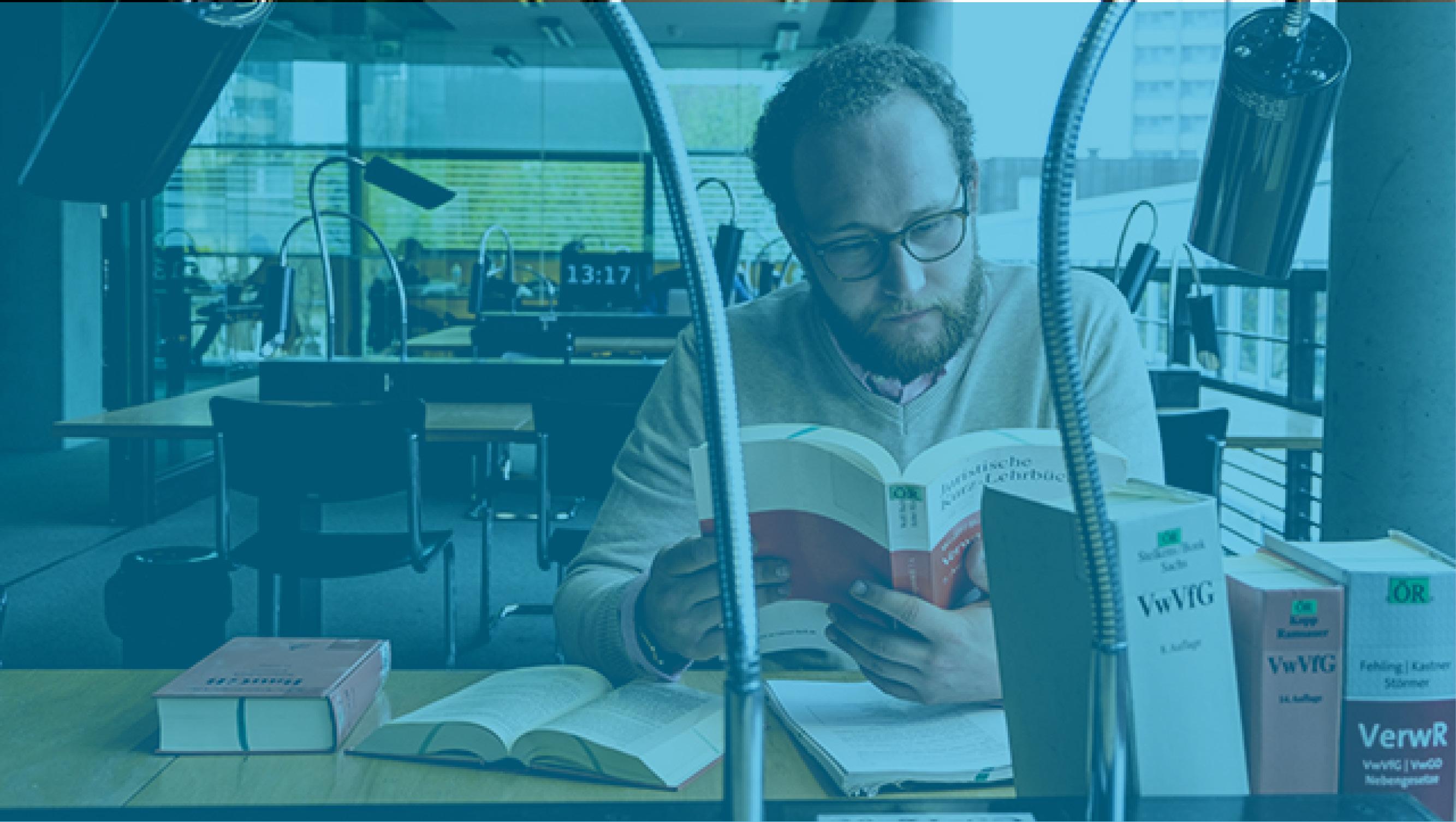 Student in Bibliothek der Rechtswissenschaften