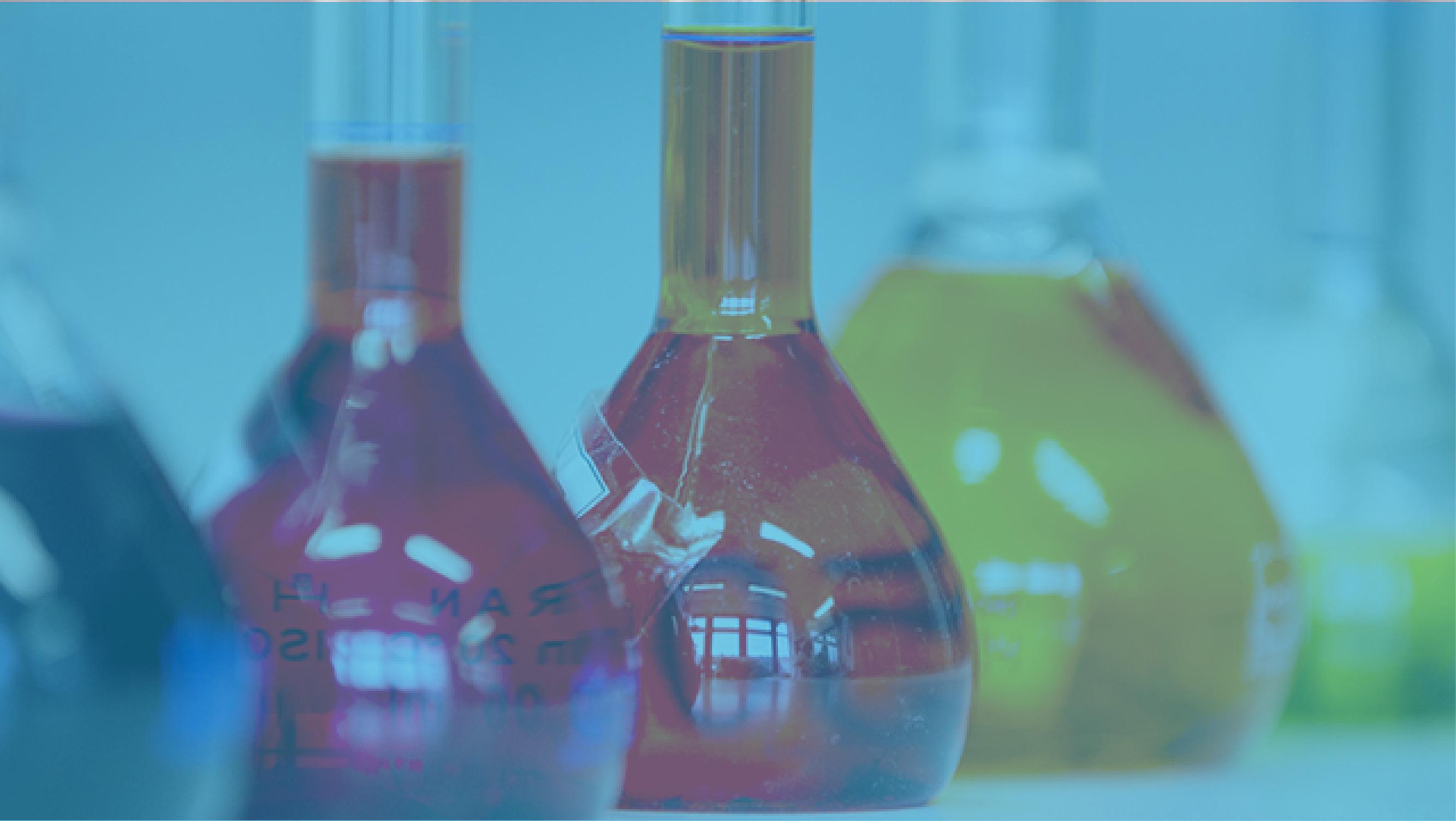 Reagenzgläser mit rötlich-orangen Flüssigkeiten