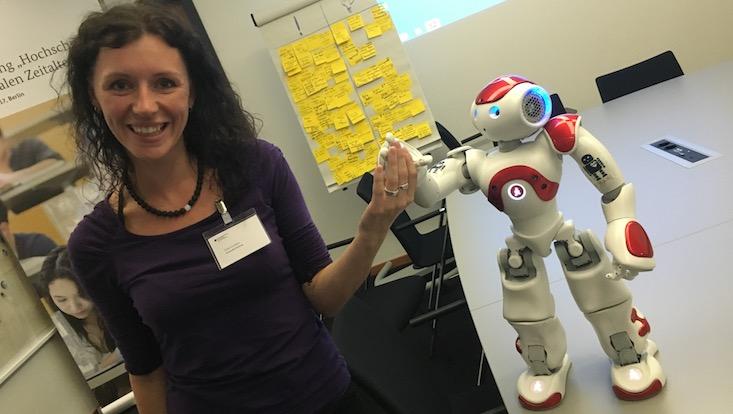 Toni Gunner mit Roboter Nao