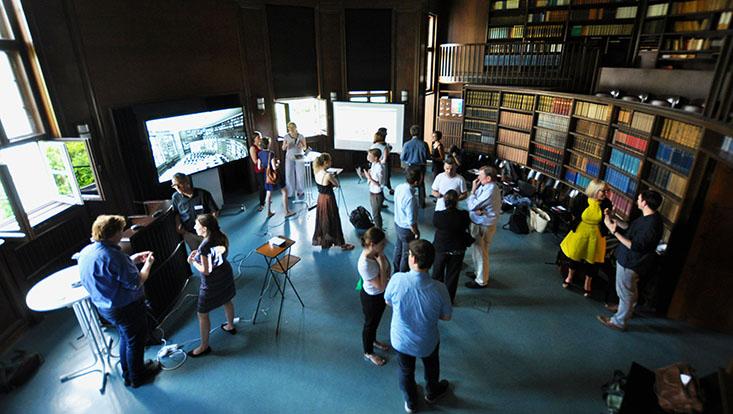 Coverbild des Kolleg-Boten 078: Lehrende und Mitarbeitende des Universitätskollegs tauschen sich auf der Abschlussveranstaltung der ersten Förderphase des Lehrlabors in der Aby-Warburg-Bibliothek aus