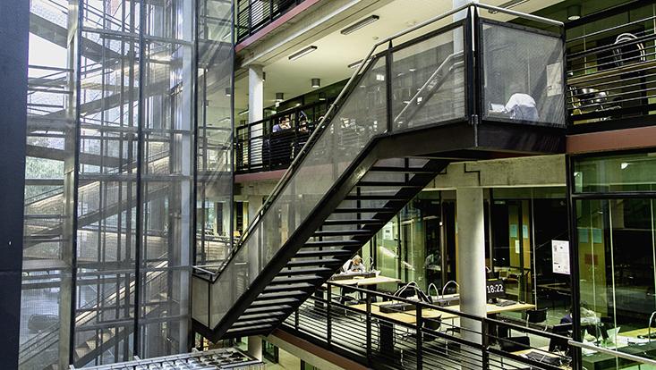 Innenansicht Bibliothek von oben Rechtshaus mit Treppenhaus