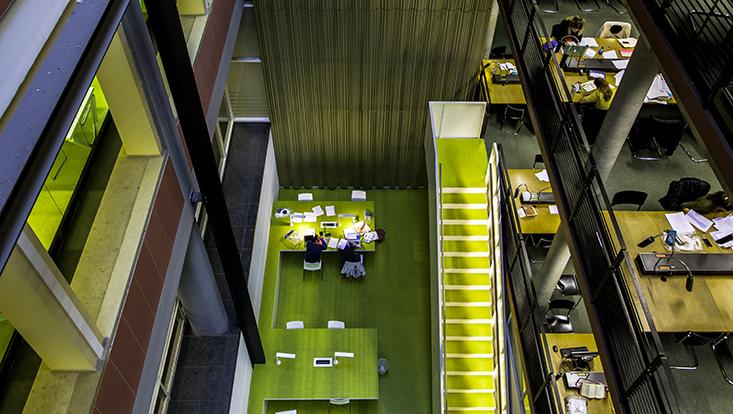 Blick von oben auf die Bibliothek im Rechtshaus