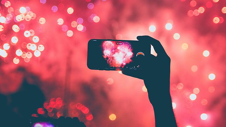 iPhone vor Feuerwerk-Hintergrund