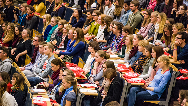 Vorlesungssaal mit Erstsemestern