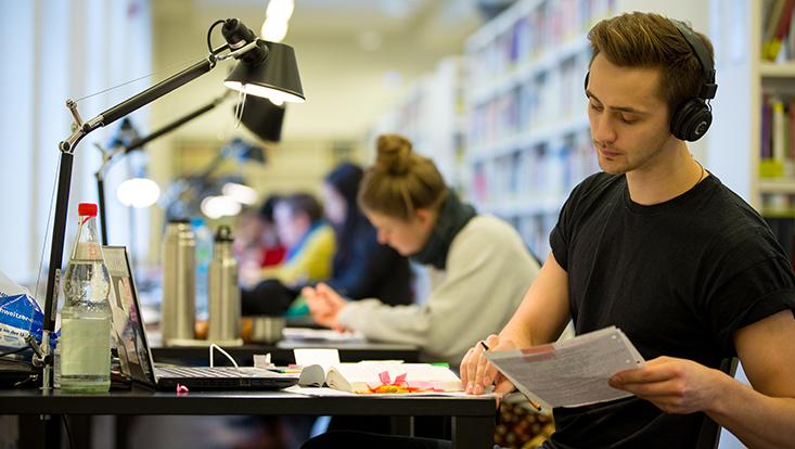 Schreibende Studierende in der Bibliothek für Sozialwissenschaften