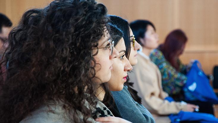 Studierende hören aufmerksam zu, sitzend im Hörsaal ESA Ost