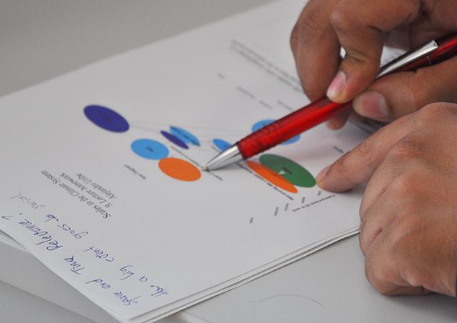 Stift auf Unterlagen mit Klimaskalen