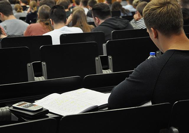 Mathe Vorkurs Studierender mit Taschenrechner