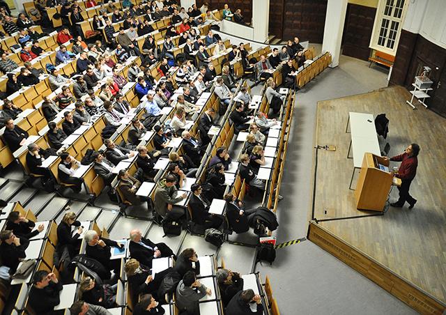 Studierende hören eine Vorlesung im Hörsaal des Hauptgebäudes