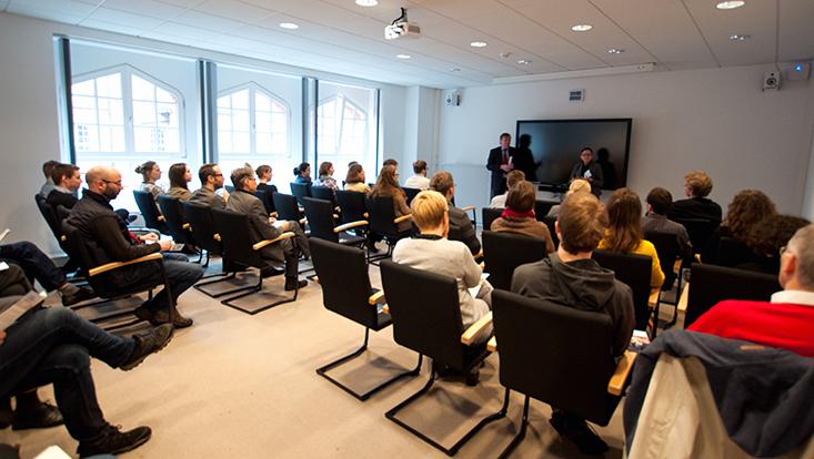 Prof. Dr. Susanne Rupp und Prof. Dr. Axel Horstmann begrüßen die anwesenden Lehrenden