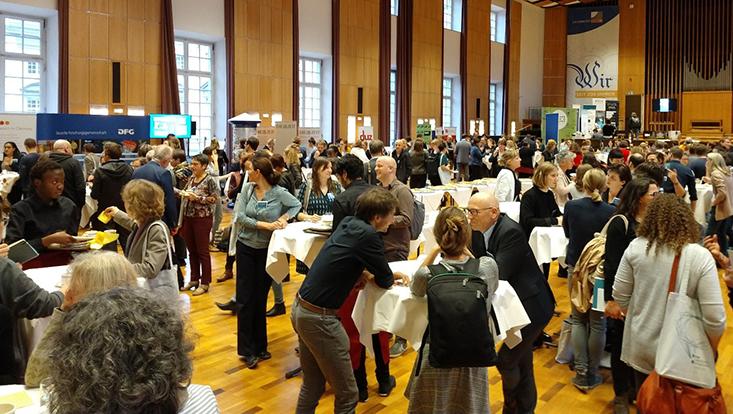 Teilnehmende des 11. Forums Wissenschaftskommunikation 2018 an der Universität Bonn im Pausengesprächder im