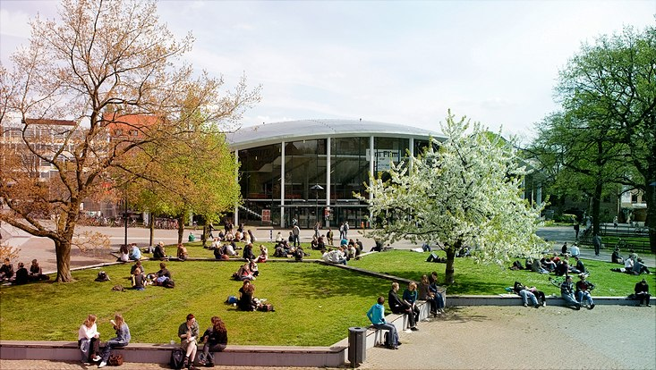Studierende sitzen vor dem Audimax der  Universität Hamburg