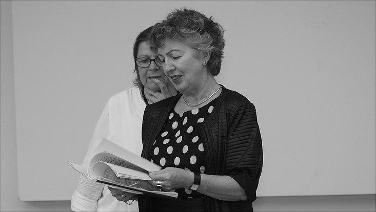 Zwei Frauen bei der Probe