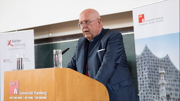 The President of the Universität Hamburg gives a speech