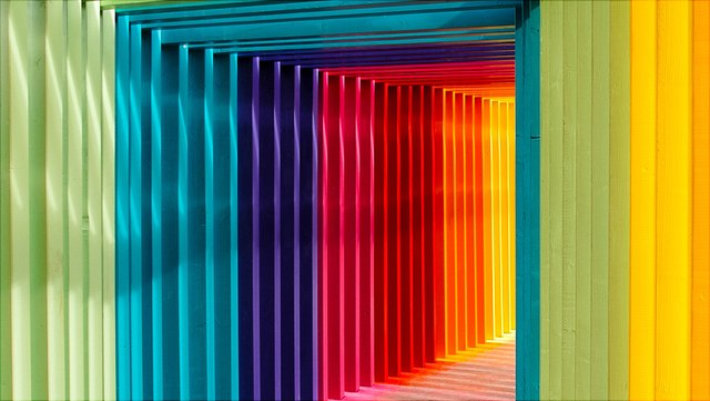 Torbogen in Regenbogenfarben