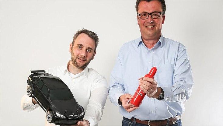 Statt auf Pkw mit Verbrennungsmotoren sollten wir möglichst auf umweltschonende Treibstoffe wie Wasserstoff setzen, sagen Timo Reis (l.) und Michael Fröba
