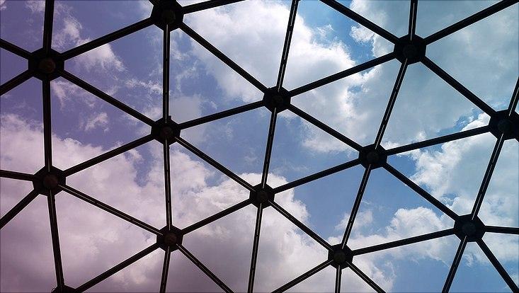 Durch ein großmaschiges Netz ist der Himmer zu sehen.