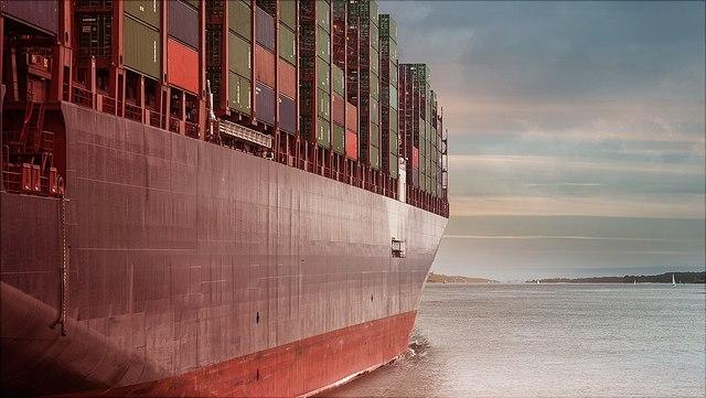 Ein Containerschiff auf dem Wasser.
