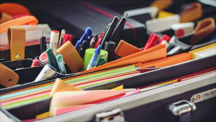 Geöffneter Workshopkoffer mit Stiften und Karten
