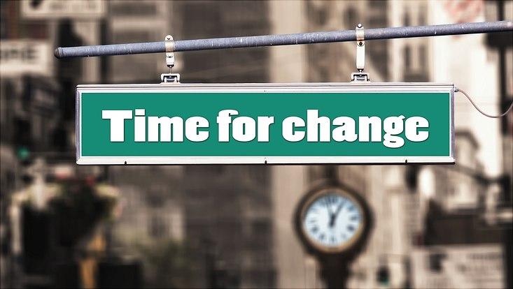 """Schild mit Schriftzug """"Time for Change"""""""