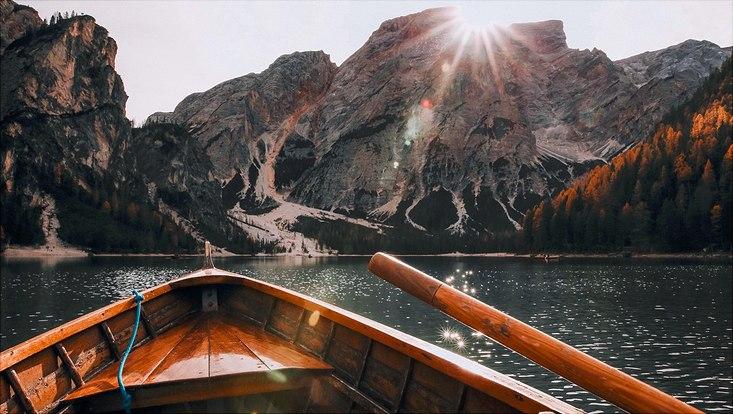 Ruderboot steuert auf Berge zu.